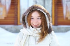 年轻美丽的妇女。冬天画象。 库存图片