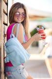 年轻美丽的妇女一张生动的画象有鸡尾酒的 免版税库存图片