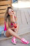 年轻美丽的妇女一张生动的画象有鸡尾酒的 库存照片