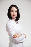 美丽的妇女一件白色晨衣的医生 库存照片