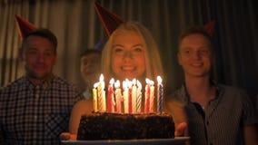 美丽的妇女与朋友分享生日庆祝被会集吹灭在蛋糕的蜡烛 股票录像