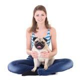 年轻美丽的妇女与被隔绝的哈巴狗狗坐白色 免版税库存图片