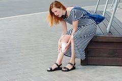 美丽的妇女伤害腿街道03 库存照片