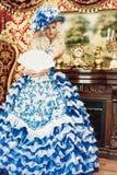 美丽的妇女佩带的公主服装 免版税图库摄影