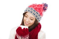 美丽的妇女佩带的冬天衣物和拿着咖啡杯 库存图片