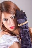 美丽的妇女佩带的圆环 免版税库存照片