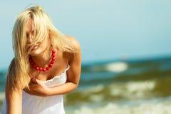 美丽的妇女佩带的白色礼服,天空背景 免版税库存照片