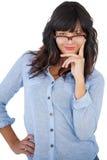 美丽的妇女佩带的玻璃用她的在臀部的手 免版税库存照片