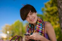 年轻美丽的妇女写SMS 免版税库存照片