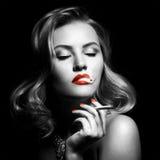 美丽的妇女减速火箭的纵向有香烟的 免版税图库摄影