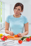 美丽的妇女切口红萝卜 库存图片