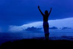美丽的妇女剪影在蓝天早晨 免版税库存图片
