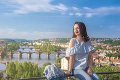 美丽的妇女和伏尔塔瓦河河在布拉格 免版税库存照片