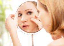 美丽的妇女和反射在镜子 免版税库存图片