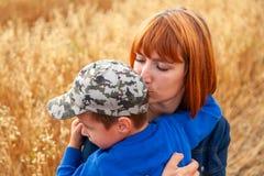 美丽的妇女和她的小儿子 免版税库存照片