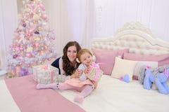 美丽的妇女和小女孩、母亲和女儿好moo的 库存照片