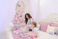 美丽的妇女和小女孩、母亲和女儿好moo的 免版税图库摄影