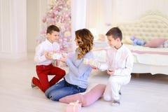美丽的妇女和有同情心的母亲有两名男孩exchang的 免版税库存图片