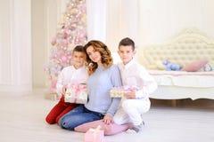 美丽的妇女和有同情心的母亲有两名男孩exchang的 图库摄影