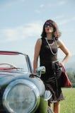 美丽的妇女和老汽车, 60样式 免版税库存照片