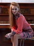 美丽的妇女和老钢琴 免版税图库摄影