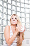 年轻美丽的妇女喝咖啡。 免版税库存照片