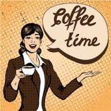 美丽的妇女喝咖啡在减速火箭的可笑的流行艺术样式的传染媒介例证 免版税库存照片