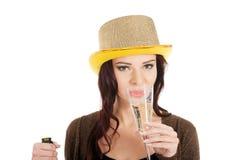年轻美丽的妇女喝香槟。 免版税库存图片
