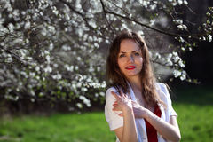 美丽的妇女在一个公园在春天 库存照片