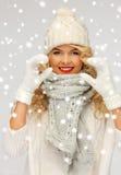 美丽的妇女在一个冬天给显示心脏穿衣 免版税库存图片