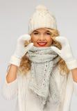 美丽的妇女在一个冬天给显示心脏穿衣 免版税图库摄影