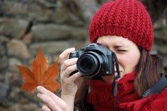 年轻美丽的妇女在一个拍照片到山毛榉叶子最惊人的山毛榉森林中在欧洲, La Fageda d'en Jorda 库存照片