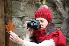 年轻美丽的妇女在一个拍照片到山毛榉叶子最惊人的山毛榉森林中在欧洲, La Fageda d'en Jorda 图库摄影
