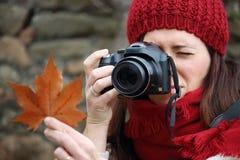 年轻美丽的妇女在一个拍照片到山毛榉叶子最惊人的山毛榉森林中在欧洲, La Fageda d'en Jorda 免版税库存图片