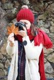 年轻美丽的妇女在一个拍照片到山毛榉叶子最惊人的山毛榉森林中在欧洲, La Fageda d'en Jorda 免版税图库摄影