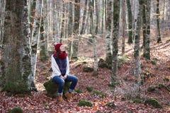 年轻美丽的妇女在一个最惊人的山毛榉森林中在欧洲, La Fageda d'en Jorda,一个惊人的森林 库存图片
