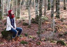 年轻美丽的妇女在一个最惊人的山毛榉森林中在欧洲, La Fageda d'en Jorda,一个惊人的森林 库存照片