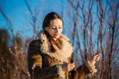 年轻美丽的妇女在全国俄国随员在多雪的冬天 库存照片