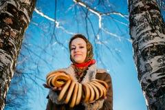 年轻美丽的妇女在全国俄国随员在多雪的冬天 图库摄影