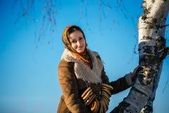年轻美丽的妇女在全国随员在晴朗的冬天 库存照片