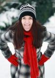 年轻美丽的妇女在冬天投入了你的舌头 免版税库存图片