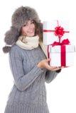 美丽的妇女在冬天穿衣与圣诞节礼物isolat 库存照片