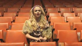 美丽的妇女在剧院坐 股票录像