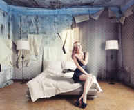 美丽的妇女在卧室 库存图片