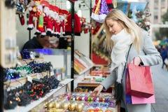 美丽的妇女在圣诞节市场上 免版税库存图片
