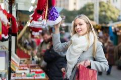 美丽的妇女在圣诞节市场上 免版税库存照片