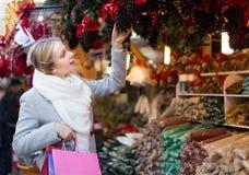 美丽的妇女在圣诞节市场上 免版税图库摄影