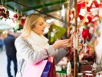 美丽的妇女在圣诞节市场上 库存图片