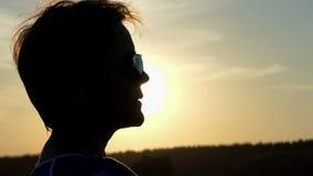 美丽的妇女在外形转动在精采日落在slo mo 影视素材