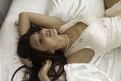 美丽的妇女在她的卧室 免版税库存图片